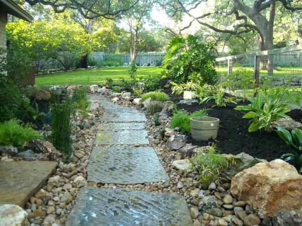 Rivière sèche à créer soi-même dans le jardin dalles en béton