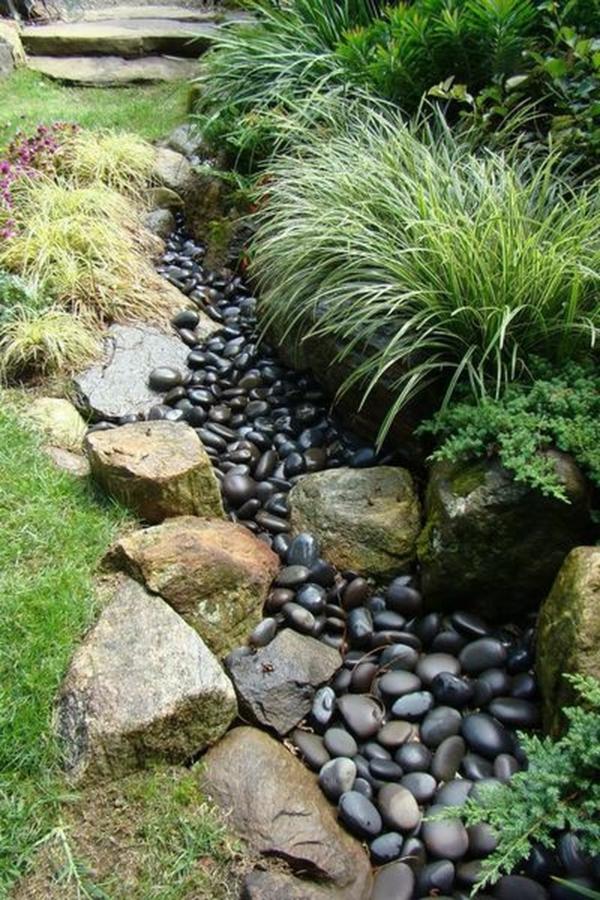 Rivière sèche à créer soi-même dans le jardin galets décoratifs noirs