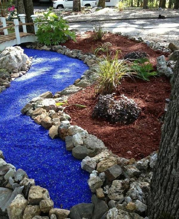 Rivière sèche à créer soi-même dans le jardin gravier éclats de verre bleu eau azure