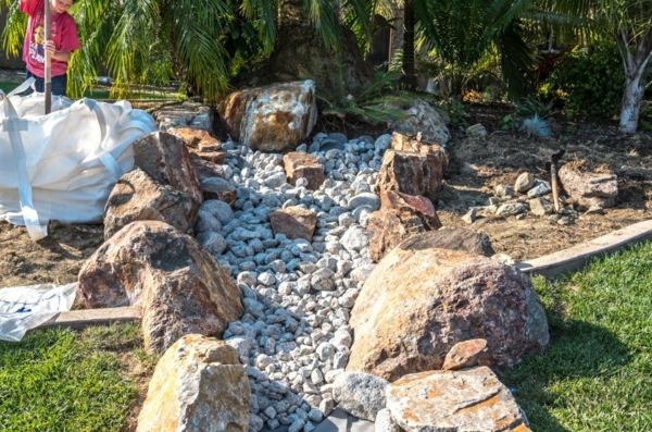 Rivière sèche à créer soi-même dans le jardin gravier