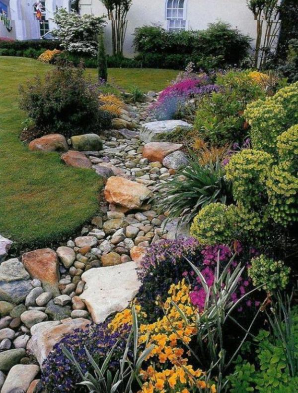 Rivière sèche à créer soi-même dans le jardin gros cailloux grosses pierres de rivière