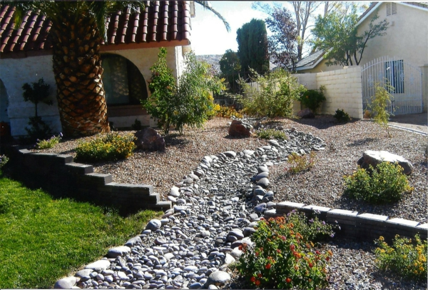 Rivière sèche à créer soi-même dans le jardin gros cailloux pierres de rivière