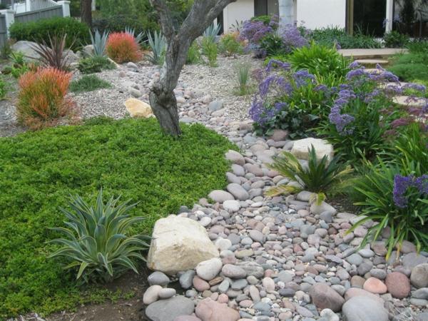 Rivière sèche à créer soi-même dans le jardin gros cailloux