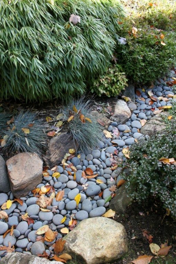 Rivière sèche à créer soi-même dans le jardin gros galets décoratifs