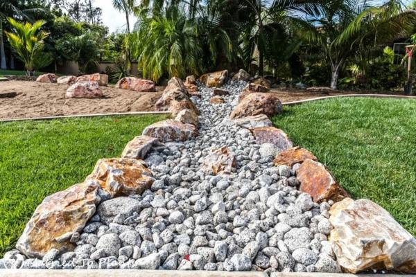 Rivière sèche à créer soi-même dans le jardin gros gravier rochers
