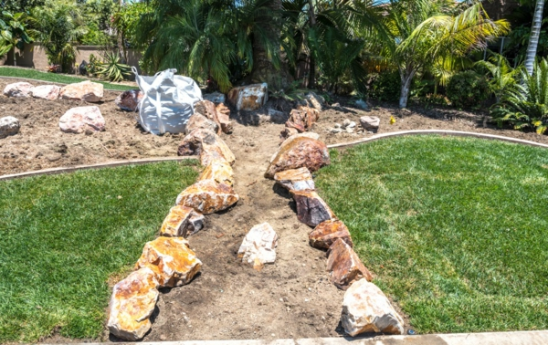 Rivière sèche à créer soi-même dans le jardin gros rochers