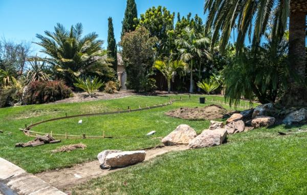 Rivière sèche à créer soi-même dans le jardin marquer litinéraire