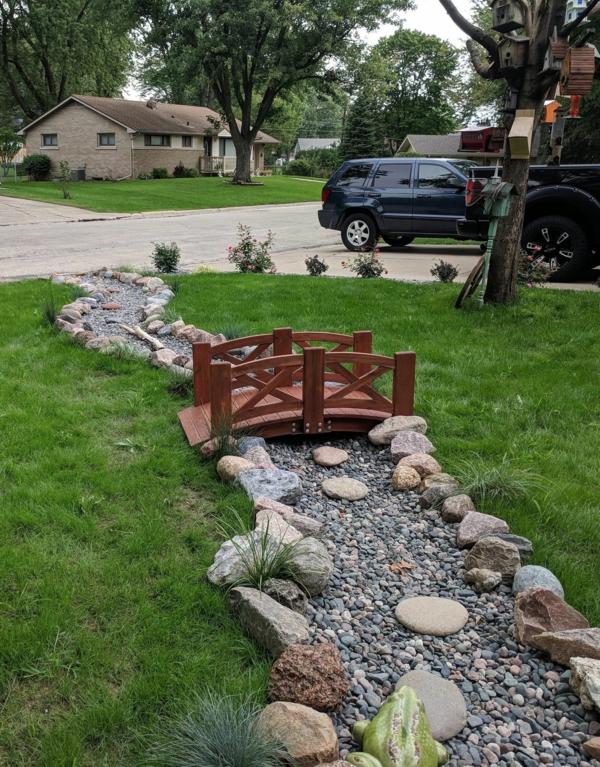 Rivière sèche à créer soi-même dans le jardin pelouse pont