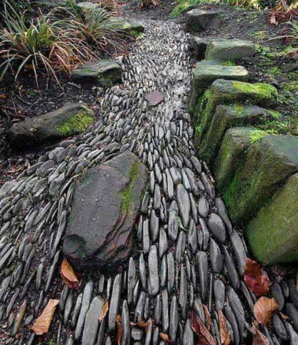 Rivière sèche à créer soi-même dans le jardin pierres d'ardoise