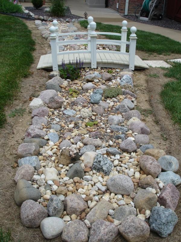 Rivière sèche à créer soi-même dans le jardin pierres de rivière cailloux pont