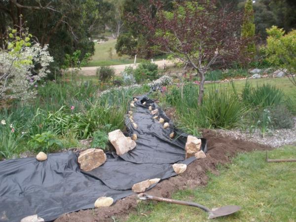 Rivière sèche à créer soi-même dans le jardin poser feutre géotextile