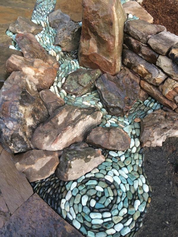 Rivière sèche à créer soi-même dans le jardin ruisseau galets décoratifs bleus