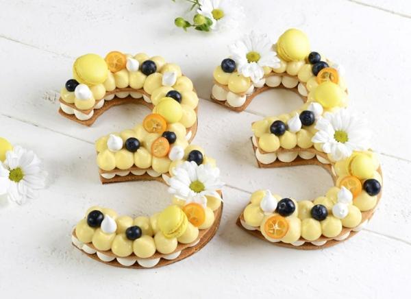 diy gâteau chiffre anniversaire fleurs fruits deux types de crème à la meringue