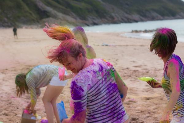 enterrement vie jeune fille amusement sur la plage