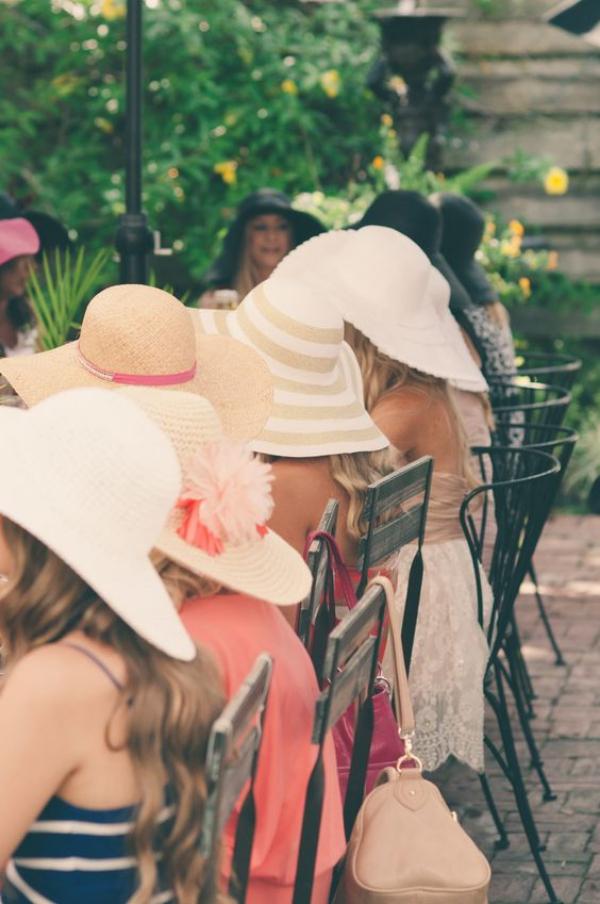 enterrement vie jeune fille en chapeaux