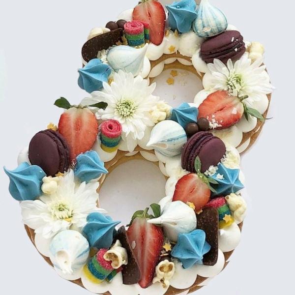 gâteau chiffre anniversaire 8 macarons fleurs vives fraises