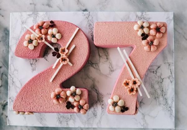 gâteau chiffre anniversaire crème rose à la meringue