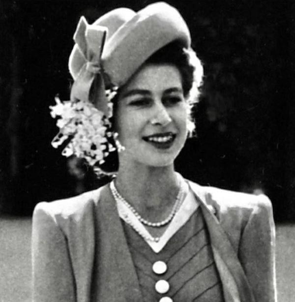 la reine Élizabeth II fête ses 93 ans la jeune reine en 1947