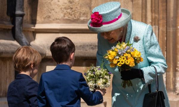 la reine Élizabeth II fête ses 93 ans un bouquet de fleurs