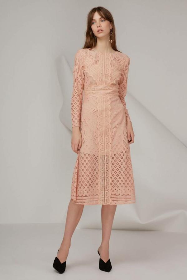 robe invitée mariage tendances 2019 robe longue col rond manches longues dentelle couleur pêche