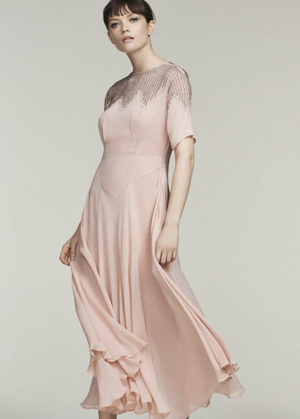 robe invitée mariage tendances 2019 robe longue féérique couleur pêche manches courtes