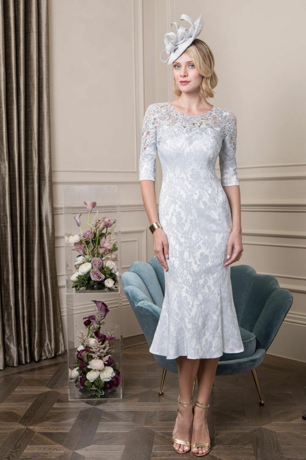 robe invitée mariage tendances 2019 robe moulante blanc et gris manches mi-longues col rond dentelle