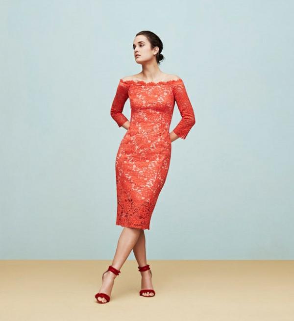 robe invitée mariage tendances 2019 robe moulante crayon dentelle rouge saumon