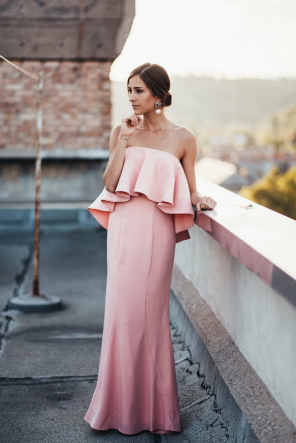 robe invitée mariage tendances 2019 robe rose poudré longueur ras du sol top volanté épaules nues