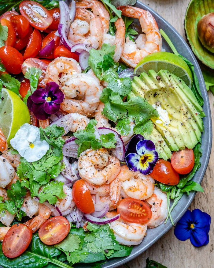 salade de crevettes et avocat avec des fleurs comestibles