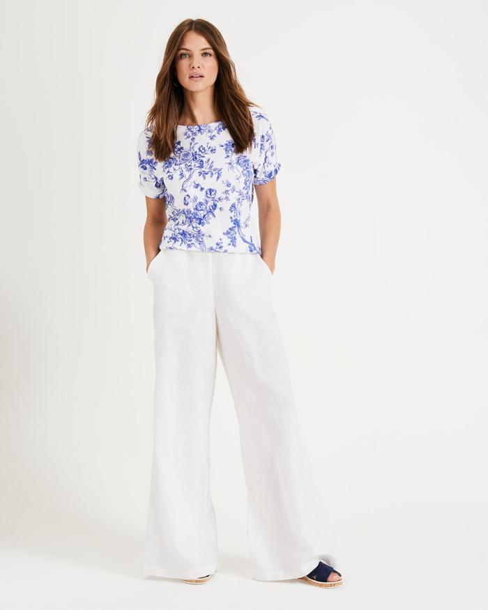 t-shirt en toile de jouy et pantalon blanc