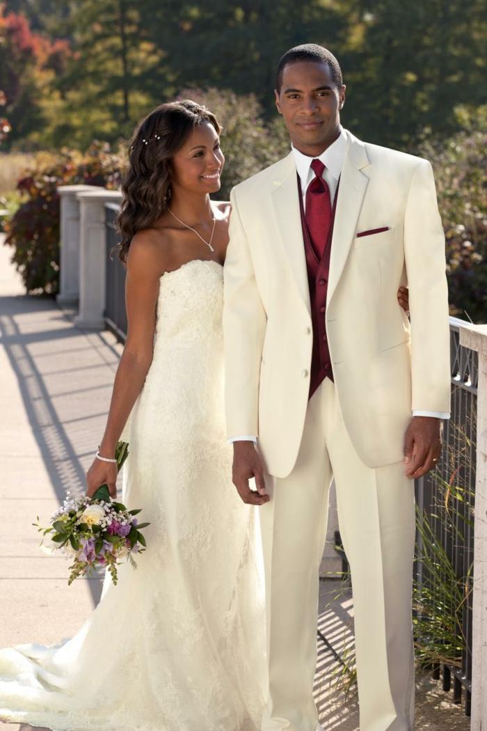 tenue mariage homme costume ivoire cravate bordeaux