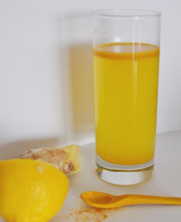 verre d' eau chaude le matin citron et gingembre