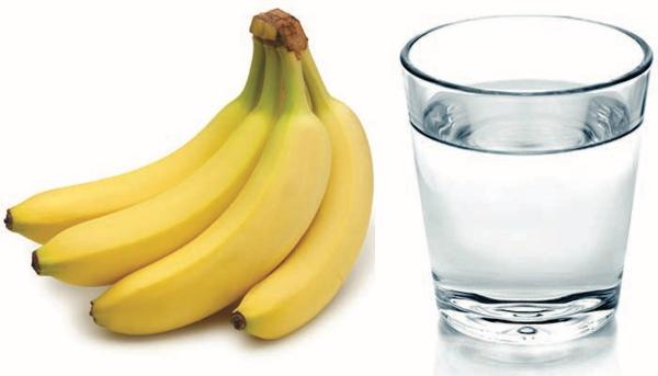 verre d' eau chaude le matin eau et bananes