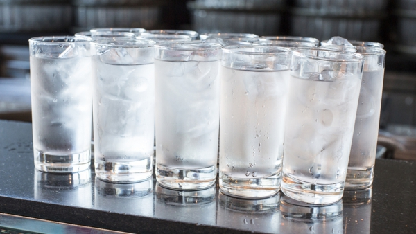 verre d' eau chaude le matin glaçons dans l'eau