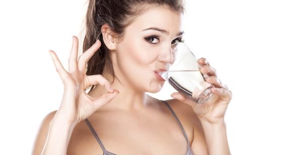 verre d' eau chaude le matin pour la beauté de la peau