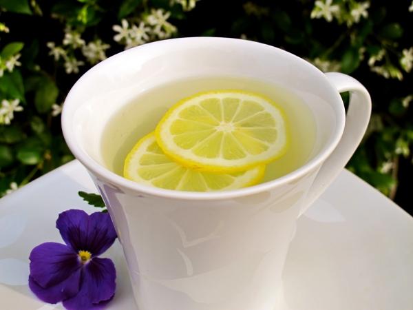 verre d' eau chaude le matin tranches de citron
