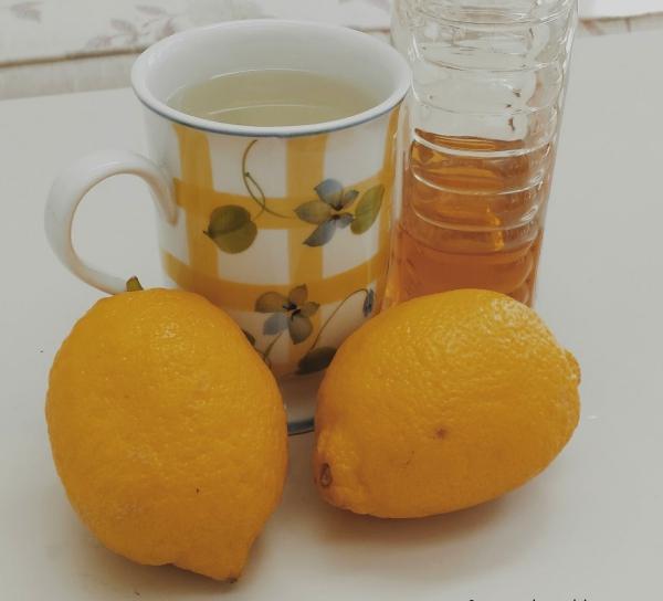 verre d'eau chaude le matin du miel dans l'eau