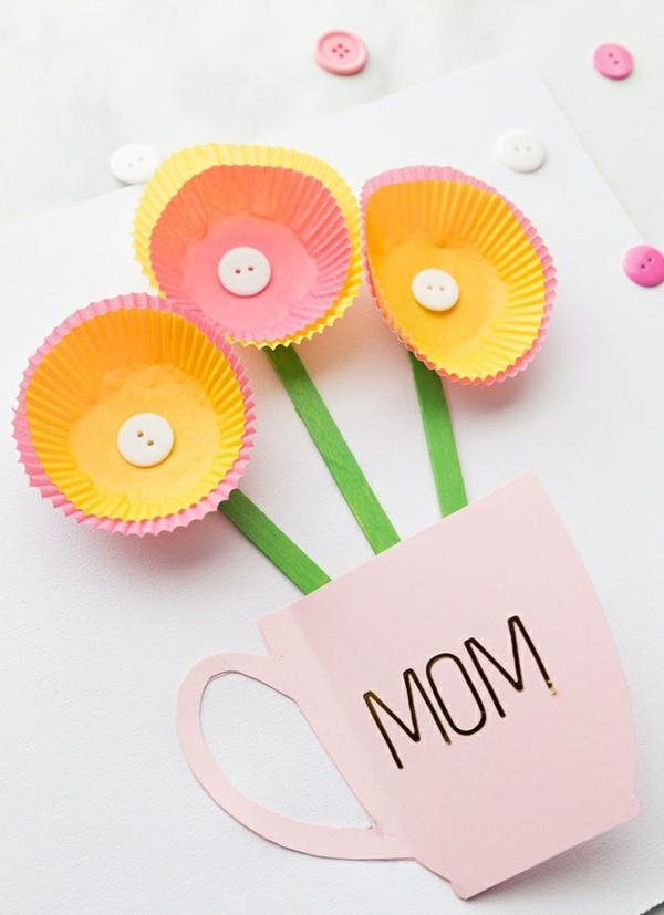 Carte Fête des Mères originale à fabriquer vous-même vase de fleurs moules à muffins en papier