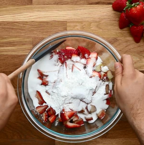 Recette tarte à la rhubarbe et à la fraise étape 2