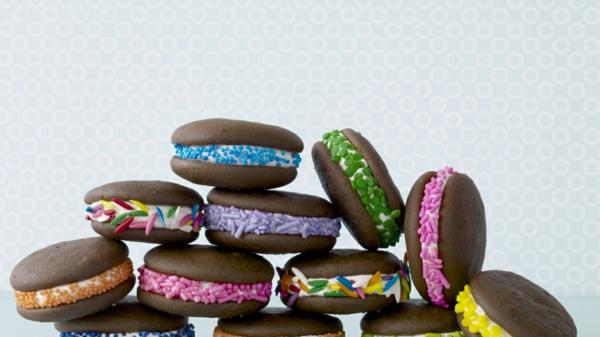 Recette whoopies préparer les gâteaux sandwiches à la crème moelleuse whoopies décorés de perles en sucre