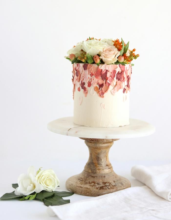 gâteau de mariage brushstroke et fleurs