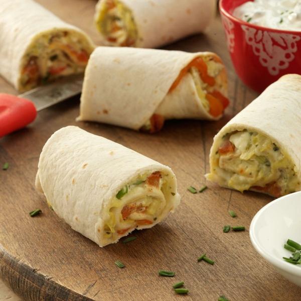 idée wrap apéro artichauts fromage crème, parmesan feta oignons verts pesto, poivrons rouges crème sure ciboulette