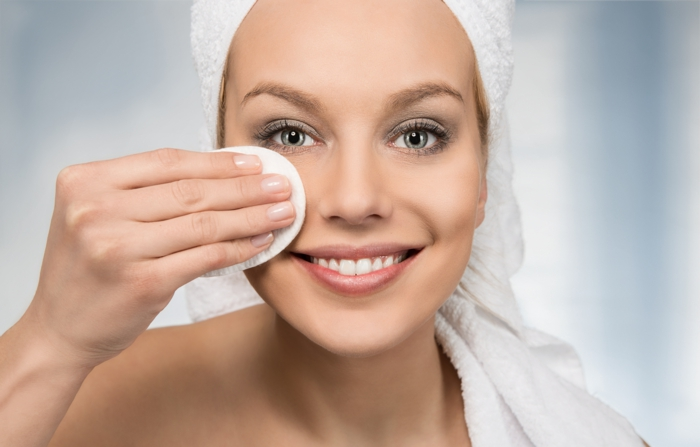 retirer le maquillage avec un disque démaquillant lavable diy