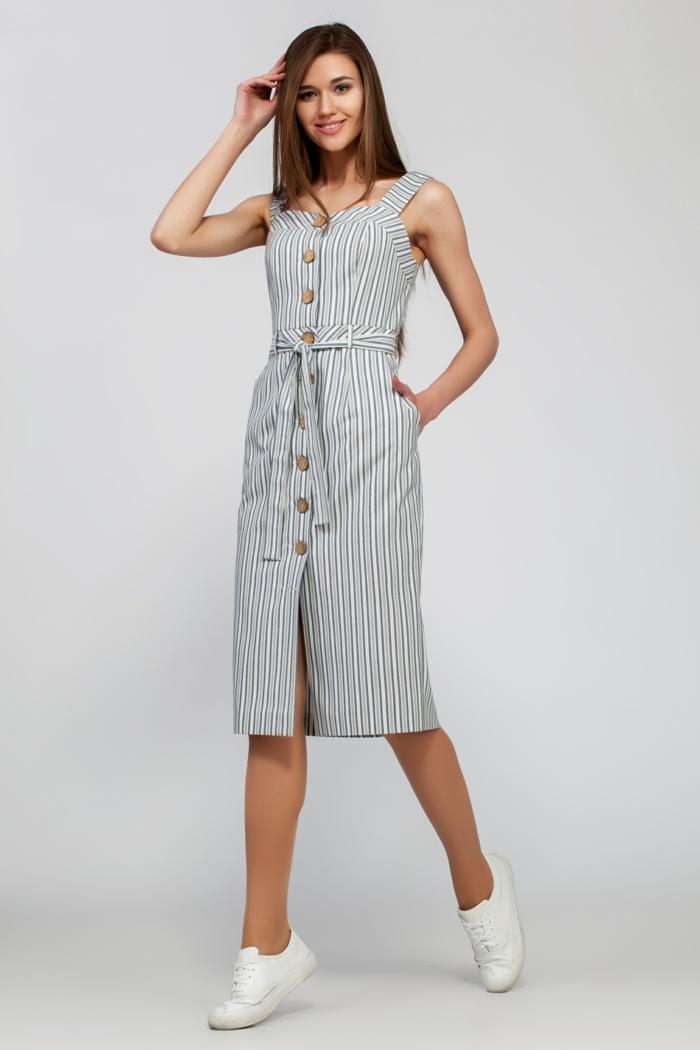 robe boutonnée devant ceinturée et paire de baskets