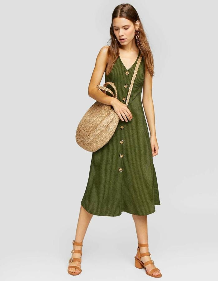 robe boutonnée devant et panier tressé rond