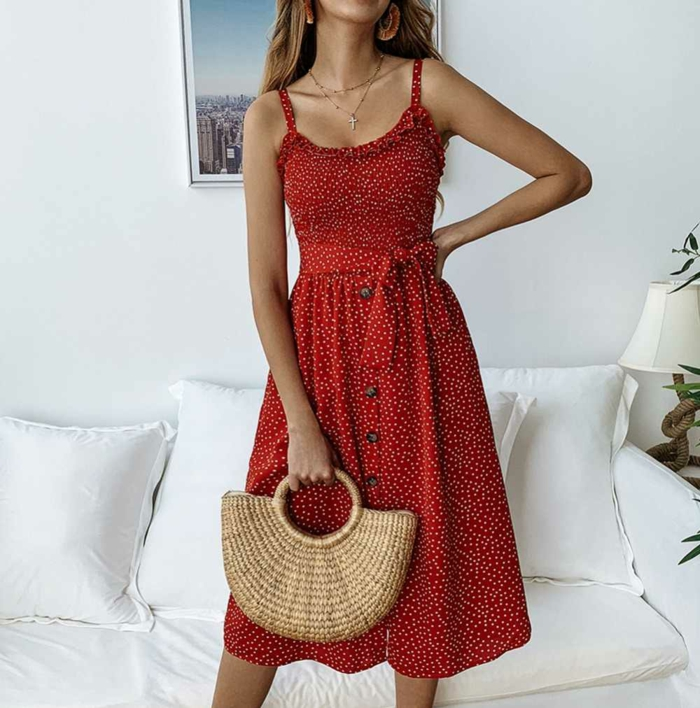 robe boutonnée devant et sac à main tressé