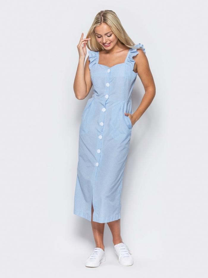 robe boutonnée devant longue et des baskets blanches