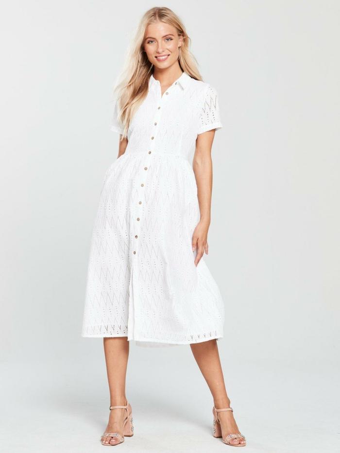 tenue estivale en blanc robe boutonnée devant broderie anglaise