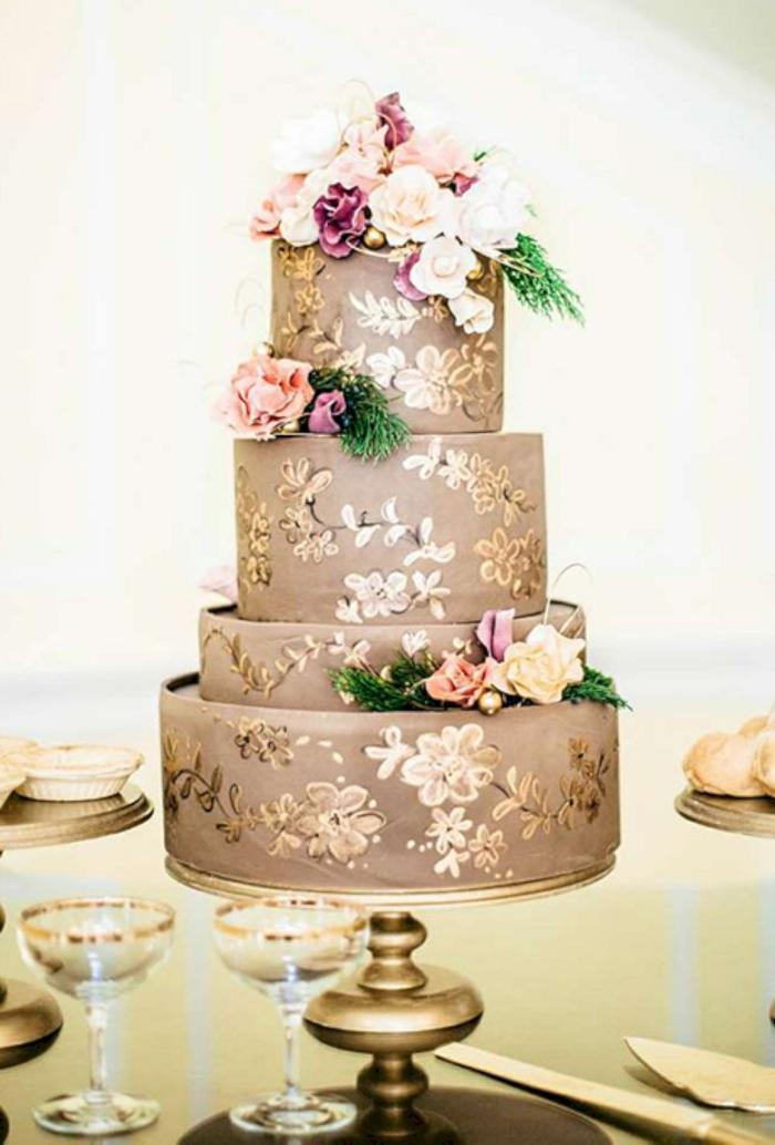 touche dorée gâteau de mariage peint à la main