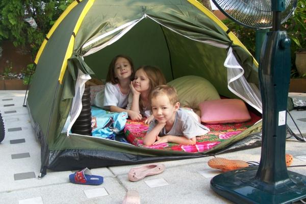 Activité enfant été pour stimuler le développement physique et psychique camping dans le jardin
